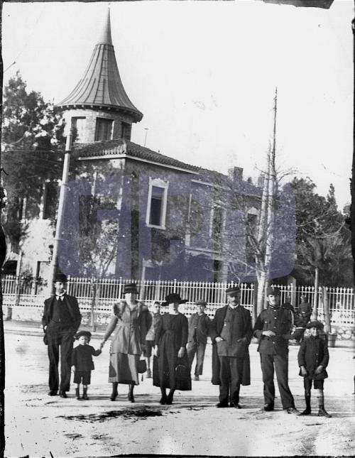 1914 - Αμπελόκηποι - Η βίλλα Θων - Μπροστά στο κτίριο ποζάρει πιθανόν η οικογένεια Θων (Αρχείο ΕΡΤ)