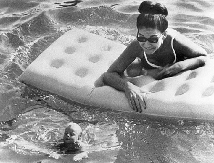Απολαμβάνοντας το μπάνιο της σε πισίνα του Μόντε Κάρλο μαζί μ' ένα παιδάκι - Λάτρευε τα παιδιά