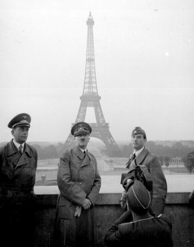 Αριστερά ο αρχιτέκτονας Άλμπερτ Σπερ (Speer) Δεξιά ο Αρνο Μπρέκερ