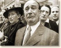 Γάλλος που κλαίει καθώς βλέπει τους ναζί να παρελαύνουν