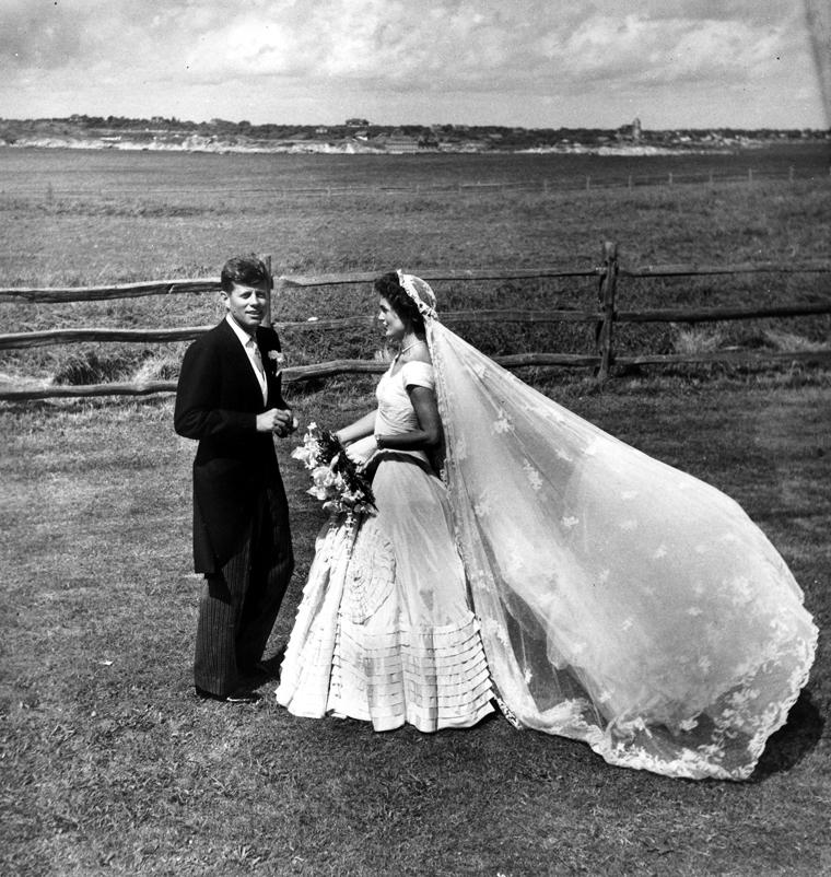 Ο γάμος με τον (τότε) γερουσιαστή Τζον Κέννεντυ - 12/9/1953 - Senator JFK and Jackie just married